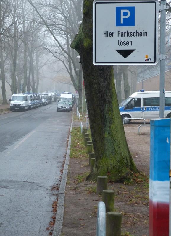 gesperrte Straße mit Haltverbot für Polizeieinsatz